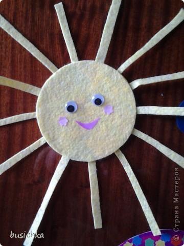 """Решила """"побыстрому"""" сварганить для Кирюши (1 год 9 мес) новую развлекуху. Это то, что бывает на небе днем (потом еще сделаю """"ночной набор""""). На шкаф (старый не жалко) приклеила двухсторонний скотч, на солнце и радугу с обратной стороны обычный скотч (тучка из очень хорошего картона можно и так приклеивать-отклеивать). фото 2"""