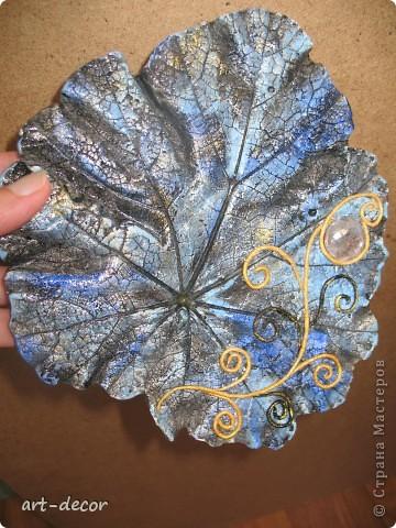 Отпечаток листа из гипса, окрашен акрилом, сверху пейп-арт и камушек прозрачный , можно повесить на стену (сзади есть крючок) или просто положиль для красоты интерьера как украшение