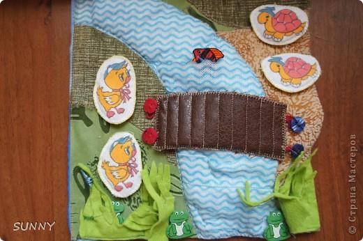 Решила выставить фотографии развивающих страничек, которые я сделала для своего сынули. Буду рада, если они будут полезны тем, кто планирует изготовление развиваек для своих малышей! Первая страничка- яблоня с цветами и яблоками (на липах). Тех и других по пять штук. Можно собирать, сортируя: в один мешочек-яблоки, в другой-цветочки. Помогает развить понимание первичного счета.Мешочки тоже на липах, чтобы можно было брать в ручки, справляясь с завязочками. фото 6