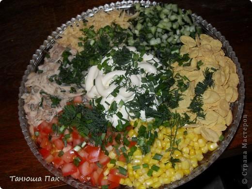 очень вкусный и летний салатик)) состав: окорочок, помидоры, огурцы, кукуруза, сыр, хлопья несладкие, майонез и зелень. фото 1