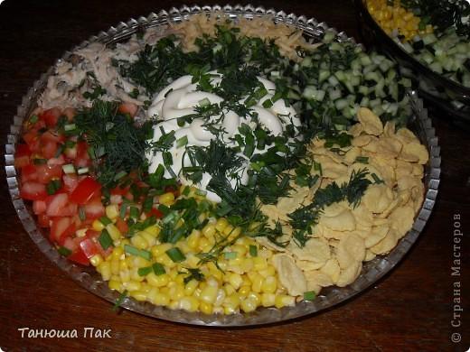 очень вкусный и летний салатик)) состав: окорочок, помидоры, огурцы, кукуруза, сыр, хлопья несладкие, майонез и зелень. фото 2