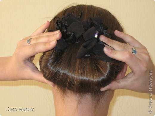 Исходное положение. Все волосы просовываем в прорезь и распределяем их по всей длине заколки. фото 6