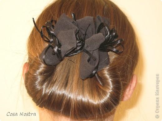 Исходное положение. Все волосы просовываем в прорезь и распределяем их по всей длине заколки. фото 7