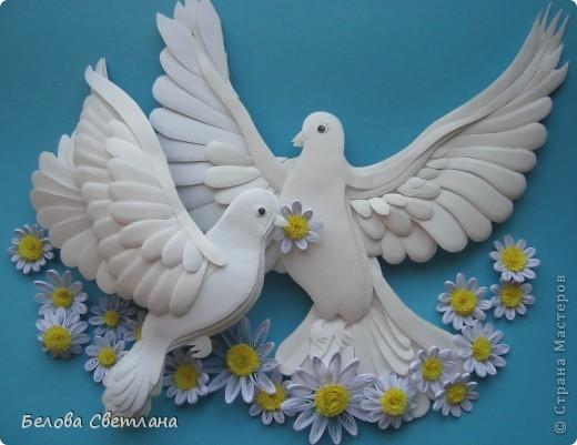 """С античных времен голубь является романтическим и трогательным символом любви и верности. В представлении людей всего мира голубь выглядел идеальным во всех отношениях созданием, средоточием многих добродетелей и прекрасных нравственных качеств. Эту птицу славили в лирических стихах поэты, трубадуры и менестрели воспевали в образе голубки нежную и прекрасную даму сердца, а церковники восхваляли ее как духовный образец ангельской кротости и доброты. Голубь с оливковой ветвью в клюве — общепризнанная эмблема мира, покоя и надежды. Даже китайцы и японцы, обычно столь оригинальные в своих суждениях, придерживаются тех же взглядов на символику голубя, что и другие народы (в Японии, например, эмблема мира изображается в виде голубя с мечом). В христианской религии в белоснежном голубе верующие усматривали воплощение Святого Духа. Голубь с лавровой ветвью – символ мира, голубь с рогом изобилия – счастливая случайность. На Востоке голубь – один из многих символов долголетия.  На Хомячке стартовало новое общее задание к празднику """"День семьи, любви и верности"""". http://homyachok-scrap-challenge.blogspot.com/  А так как символом этого дня является ромашка, то можно делать любые работы с ромашками: вырезанные, вышитые, нарисованные, слепленные, связанные. . . У меня это голубь с голубкой и   ромашки, как цветы жизни!!! фото 1"""
