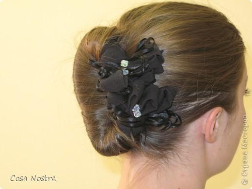 Исходное положение. Все волосы просовываем в прорезь и распределяем их по всей длине заколки. фото 13