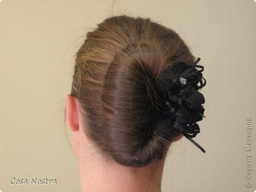 Исходное положение. Все волосы просовываем в прорезь и распределяем их по всей длине заколки. фото 14