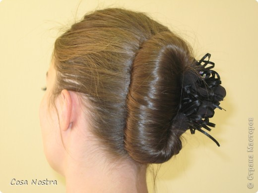 Исходное положение. Все волосы просовываем в прорезь и распределяем их по всей длине заколки. фото 15