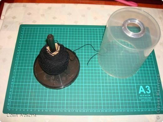 Это пластиковая коробка для хранения обуви. В крышке ножницами я вырезала пару отверстий, обработала их прозрачной люверсой для штор, клубки разделила пенопластом. фото 4