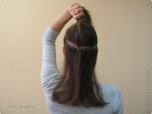 Исходное положение. Все волосы просовываем в прорезь и распределяем их по всей длине заколки. фото 8