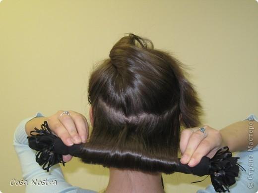 Исходное положение. Все волосы просовываем в прорезь и распределяем их по всей длине заколки. фото 9