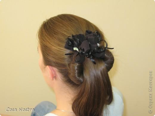 Исходное положение. Все волосы просовываем в прорезь и распределяем их по всей длине заколки. фото 11