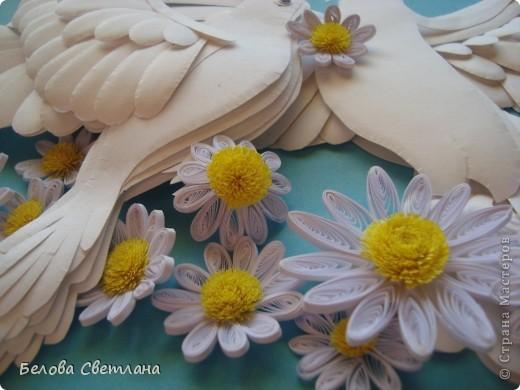 """С античных времен голубь является романтическим и трогательным символом любви и верности. В представлении людей всего мира голубь выглядел идеальным во всех отношениях созданием, средоточием многих добродетелей и прекрасных нравственных качеств. Эту птицу славили в лирических стихах поэты, трубадуры и менестрели воспевали в образе голубки нежную и прекрасную даму сердца, а церковники восхваляли ее как духовный образец ангельской кротости и доброты. Голубь с оливковой ветвью в клюве — общепризнанная эмблема мира, покоя и надежды. Даже китайцы и японцы, обычно столь оригинальные в своих суждениях, придерживаются тех же взглядов на символику голубя, что и другие народы (в Японии, например, эмблема мира изображается в виде голубя с мечом). В христианской религии в белоснежном голубе верующие усматривали воплощение Святого Духа. Голубь с лавровой ветвью – символ мира, голубь с рогом изобилия – счастливая случайность. На Востоке голубь – один из многих символов долголетия.  На Хомячке стартовало новое общее задание к празднику """"День семьи, любви и верности"""". http://homyachok-scrap-challenge.blogspot.com/  А так как символом этого дня является ромашка, то можно делать любые работы с ромашками: вырезанные, вышитые, нарисованные, слепленные, связанные. . . У меня это голубь с голубкой и   ромашки, как цветы жизни!!! фото 4"""