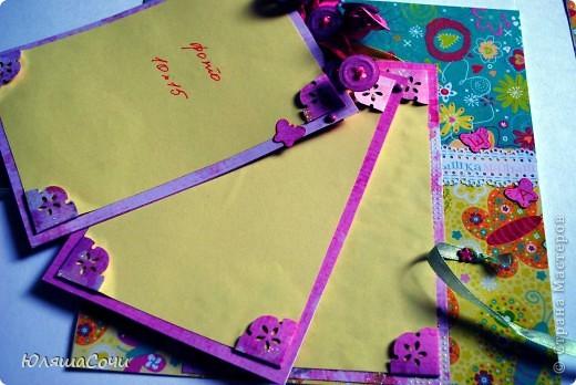 """сделала первые развороты для двух альбомоп по вот этому СП http://zaya00.blogspot.com/2012/06/blog-post_12.html первый альбом для озорной девченочки, второй для нежнейшего мальчика, обоим в сентябре будет по годовасику, они оба одного возраста с моим малывычем, вот и гововлю подарки. альбомы размером 20*20, для фоток 10*15. не хочется мамарачивать родителей обрезкой и подбором фоток, пусть вставят какие есть. подписывают всу пусть тоже сами, не хочу вгонять альбомы в рамки """"сплю-ем-купаюсь"""". фото 4"""