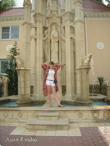 Хочу рассказать о чудесном парке в посёлке Кабардинка. Этот уголок  был основан Алексеевым Александром, автором и создателем этого места. Парк имеет площадь около одного гектара. И вся эта живописная местность занята чудесными произведениями архитектуры, относящимися к культуре разных стран и совершенно разного времени.  При входе в парк расположен вот такой фонтан: фото 1