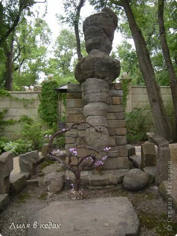 Хочу рассказать о чудесном парке в посёлке Кабардинка. Этот уголок  был основан Алексеевым Александром, автором и создателем этого места. Парк имеет площадь около одного гектара. И вся эта живописная местность занята чудесными произведениями архитектуры, относящимися к культуре разных стран и совершенно разного времени.  При входе в парк расположен вот такой фонтан: фото 15