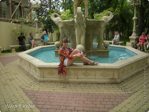 Хочу рассказать о чудесном парке в посёлке Кабардинка. Этот уголок  был основан Алексеевым Александром, автором и создателем этого места. Парк имеет площадь около одного гектара. И вся эта живописная местность занята чудесными произведениями архитектуры, относящимися к культуре разных стран и совершенно разного времени.  При входе в парк расположен вот такой фонтан: фото 7