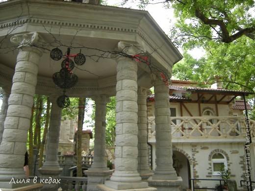 Хочу рассказать о чудесном парке в посёлке Кабардинка. Этот уголок  был основан Алексеевым Александром, автором и создателем этого места. Парк имеет площадь около одного гектара. И вся эта живописная местность занята чудесными произведениями архитектуры, относящимися к культуре разных стран и совершенно разного времени.  При входе в парк расположен вот такой фонтан: фото 11