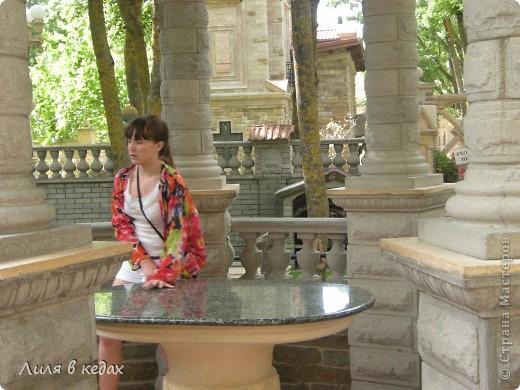 Хочу рассказать о чудесном парке в посёлке Кабардинка. Этот уголок  был основан Алексеевым Александром, автором и создателем этого места. Парк имеет площадь около одного гектара. И вся эта живописная местность занята чудесными произведениями архитектуры, относящимися к культуре разных стран и совершенно разного времени.  При входе в парк расположен вот такой фонтан: фото 12