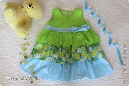 Решила немного разнообразить конфетно-розовую гамму дочкиного гардероба. Сшилось вот такое летнее платьице в зелёно-голубых тонах. фото 1