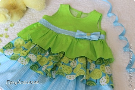 Решила немного разнообразить конфетно-розовую гамму дочкиного гардероба. Сшилось вот такое летнее платьице в зелёно-голубых тонах. фото 2