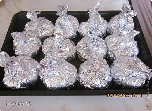 Хочу предложить вам приготовить вкусное блюдо -   курицу-трюфеля. Готовится она просто, а на столе выглядит необычно. Можно взять филе, но я обычно разделываю целую курицу, аострые косточки удаляю, чтобы фольга не порвалась при закручивании. Кусочки курицы солю и посыпаю специями. На фольгу положить жареный лук, на него жареную морковь, накрыть всё это кусочком курицы.  Сверху можно полить майонезом.  Фольгу закрутить так, как показано ниже. фото 1