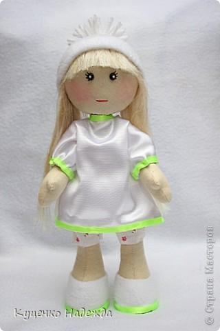 Всем добрый день или ночь!!! Девочки, я просто заболела этими куклами и не могу остановится... Вот у меня появились ещё две девочки. Экспериментирую с одеждой, образом и волосами. У этой красотки волосы из пряжи (не знаю как называется). фото 3