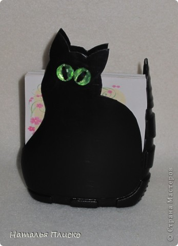 Хочу быть чёрной кошкой с зелёными глазами: Загадочной, изящной и чуточку коварной! Ведь это в каждой женщине присутствует! Я знаю! Под белыми, пушистыми всё тщательно скрываем! Зачем скрывать? Не надо! Давайте же меняться - Из серых кошек в будни, в Багиры превращаться! Всё это вдохновляет на радость без причин! А как уж будоражит фантазию мужчин! И пусть мне говорят, что с рыжей Джесс мы схожи, На чёрную, хоть изредка, похожей буду тоже! Заманчив образ этот для женщины любой, Коварством привлекает на пару с красотой! Не будем увлекаться и сильно в роль входить, Но иногда вполне такою можно быть!!! (Ольга Матвеева Панфилова) фото 3
