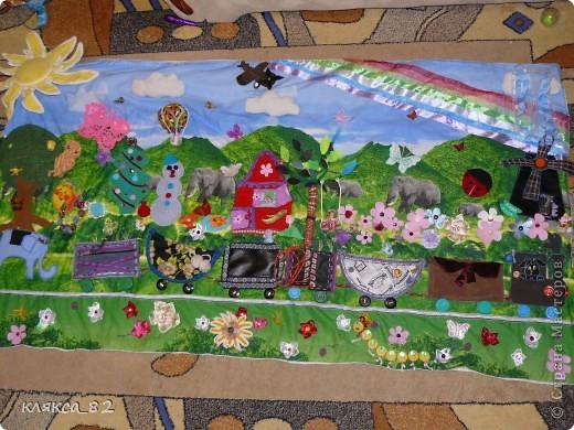 а вот такую игровую панель сшила дочке тоже в садик, она многофункциональна, одевается на твердую основу(двп) и вешается на стену, размер 200х100 см. фото 1