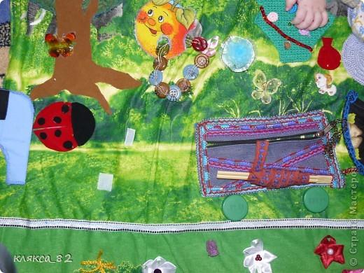 а вот такую игровую панель сшила дочке тоже в садик, она многофункциональна, одевается на твердую основу(двп) и вешается на стену, размер 200х100 см. фото 6
