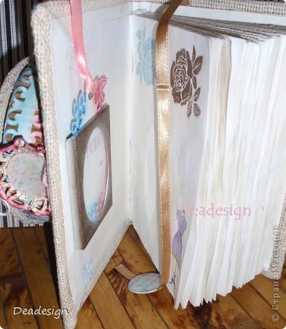 Материалы: бумага, проволока, картон, гофрокартон, бусины, пуговицы, кружево, шнур, шильды, брадсы (на брадсе - клетка висит), клей ПВА, клей полимерный, клей момент для склеивания ткани с бумагой, штампы, чипборд не готовый - самостоятельно вырезан из картона  и поштампован различного цвета чернилами, сетка - остаток от упаковки бутылки :)   Очень люблю интересные заказы.  :) Пожеланиями заказчицы было: предмет -блокнотик :)  1.чтобы блокнот лежал на столе, как украшение и не сразу можно было понять, что это блокнот. 2.  когда открываешь блокнотик внутри можно было разместить небольшое фото. 3.внутри был маленький секретик, секретное место, куда можно что-то маленькое спрятать. 4. просто было сказано, что нравятся миниатюрки. :) 5. - хочу такие розы. (увидела мою предыдущую работу :)) И вот , что я  придумала.......  фото 5
