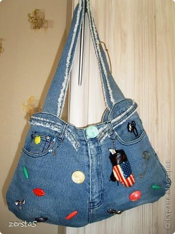 Много сумочек из старых джинс выставляют наши дорогие мастерицы.  Вот и я, перебирая закрома, наткнулась на сумку. Сколько же ей лет?  Дочка еще в школу с ней ходила. Лет 15 будет. Ну а коли нашлась, пусть покрасуется. фото 1