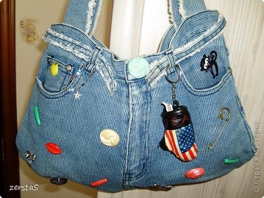 Много сумочек из старых джинс выставляют наши дорогие мастерицы.  Вот и я, перебирая закрома, наткнулась на сумку. Сколько же ей лет?  Дочка еще в школу с ней ходила. Лет 15 будет. Ну а коли нашлась, пусть покрасуется. фото 2