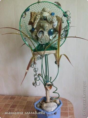Задумывалось совсем другое дерево,наконец то  получилось обмотать  шарик ниткой.Но когда основа была готова,в голове созрел совсем другой образ. Вот такое морское дерево,сверху сетка,выглядит как сачок для рыбы.Думаю надо рыбку посадить сверху или сбоку на проволоку. фото 6