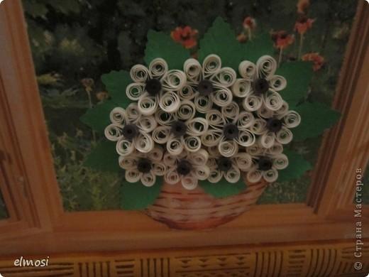 Здравствуйте. Долго думала, выставлять ли такую работу, вроде ничего сложного и затрат немного: фон - распечатка из интернета, вазочка тоже (только сделала её объёмной), квиллинговые цветочки самые простые, листочки и бабочка дырокольные. Но я давно хотела сделать работу с видом из окна и вот сделала. Результат мне самой очень понравился. А вам? фото 2