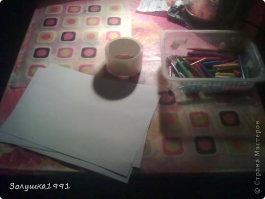 Начало моей работы.Решила сэкономить на исходных материалах и склеить несколько листов офисной бумаги обычным скотчем.На фото материалы для моей работы.Мелки позже будут заменены на краски и фломастеры. фото 1