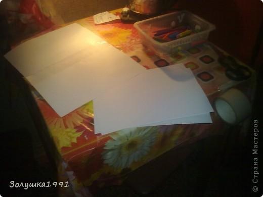 Начало моей работы.Решила сэкономить на исходных материалах и склеить несколько листов офисной бумаги обычным скотчем.На фото материалы для моей работы.Мелки позже будут заменены на краски и фломастеры. фото 2