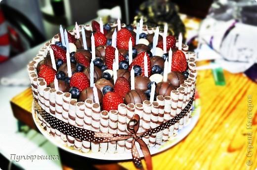 Вот так вот быстро и симпатишно можно украсить любой тортик! Идея не нова, но тем не менее может кому пригодится! В основе у меня был шоколадный торт с прослойкой джема и сметаны с сахаром. фото 1