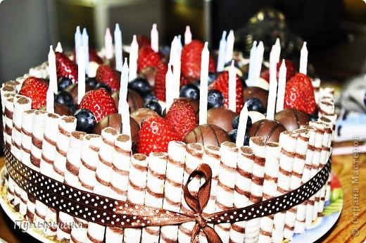Вот так вот быстро и симпатишно можно украсить любой тортик! Идея не нова, но тем не менее может кому пригодится! В основе у меня был шоколадный торт с прослойкой джема и сметаны с сахаром. фото 2
