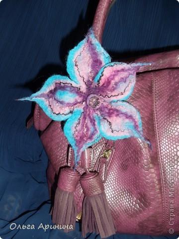 Брошь-цветок, выполненная в технике мокрого валяния из шерсти.  Цветок можно пристегнуть к одежде, на сумки, на пояс. Это только первые пробы, но видя какие шедевры творят мастера, очень хочется научиться делать красоту!!! фото 3