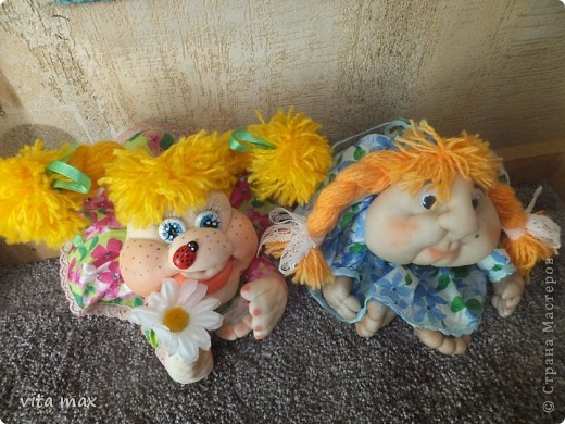 Здравствуйте,мои дорогие,соплеменники!Волею судьбы встретились эти куклы удачи!В голубом платье моя вторая куколка,а с ромашкой последняя !Начала я работать в этой технике в конце февраля,когда сшила около десятка кукол в подарок.Мне кажется прогресс очевиден!Хвалю себя любимую! фото 1