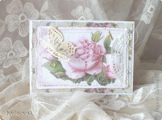 вот такая открыточка у меня родилась сегодня... ничего сложного: декупаж на канве, состаренный край, салфетка, строчка машинная, вырубка-бабочка и открыточка готова!