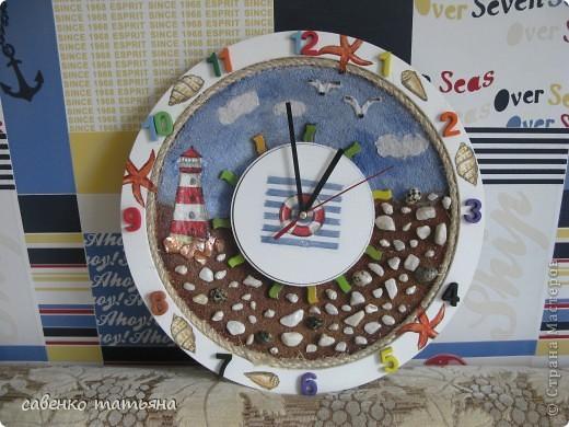 у меня дом стал похож на склад вещей, недонесенных до мусорки! эти рекламные часы из какого то офиса. Сняла верхнюю часть( из крышки готовлю морское панно), а основу обсыпала манкой, обожаю эту крупу и в качестве каши, и в качестве декора.  фото 1