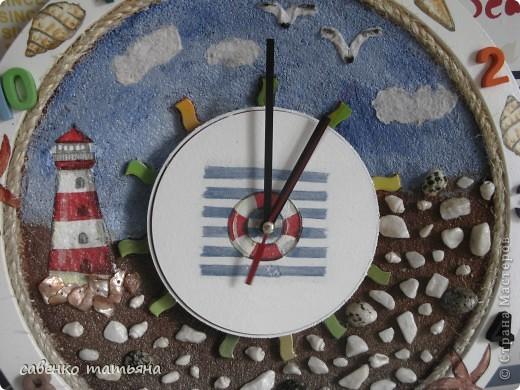 у меня дом стал похож на склад вещей, недонесенных до мусорки! эти рекламные часы из какого то офиса. Сняла верхнюю часть( из крышки готовлю морское панно), а основу обсыпала манкой, обожаю эту крупу и в качестве каши, и в качестве декора.  фото 2