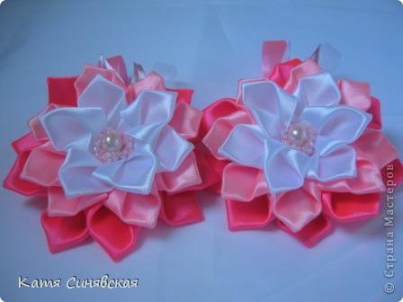 Попросили меня сделать парочку резиночек.Условие крупные цветы и розовый и белый цвета.Вот что получилось,надеюсь заказчице понравится. фото 1