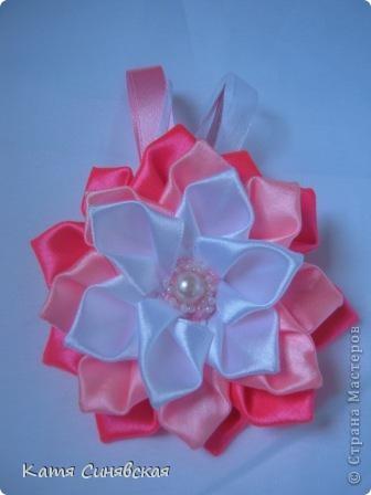 Попросили меня сделать парочку резиночек.Условие крупные цветы и розовый и белый цвета.Вот что получилось,надеюсь заказчице понравится. фото 2