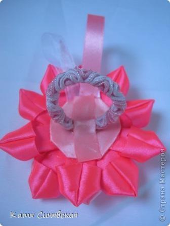 Попросили меня сделать парочку резиночек.Условие крупные цветы и розовый и белый цвета.Вот что получилось,надеюсь заказчице понравится. фото 3