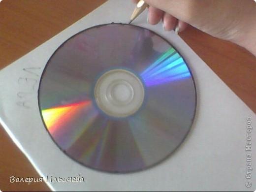 Вот так будет выглядеть наша работа..Фото некачественное,извиняюсь.Это еще не просохла. Потребуется: CD-диск Витражные краски(У кого их нет могут использовать что -нибудь другое) Бумага Ножницы  фото 2
