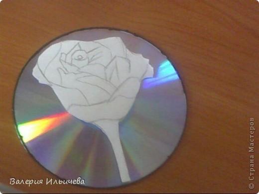 Вот так будет выглядеть наша работа..Фото некачественное,извиняюсь.Это еще не просохла. Потребуется: CD-диск Витражные краски(У кого их нет могут использовать что -нибудь другое) Бумага Ножницы  фото 4