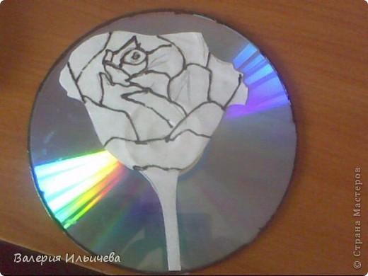 Вот так будет выглядеть наша работа..Фото некачественное,извиняюсь.Это еще не просохла. Потребуется: CD-диск Витражные краски(У кого их нет могут использовать что -нибудь другое) Бумага Ножницы  фото 5