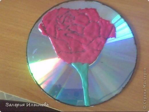 Вот так будет выглядеть наша работа..Фото некачественное,извиняюсь.Это еще не просохла. Потребуется: CD-диск Витражные краски(У кого их нет могут использовать что -нибудь другое) Бумага Ножницы  фото 7